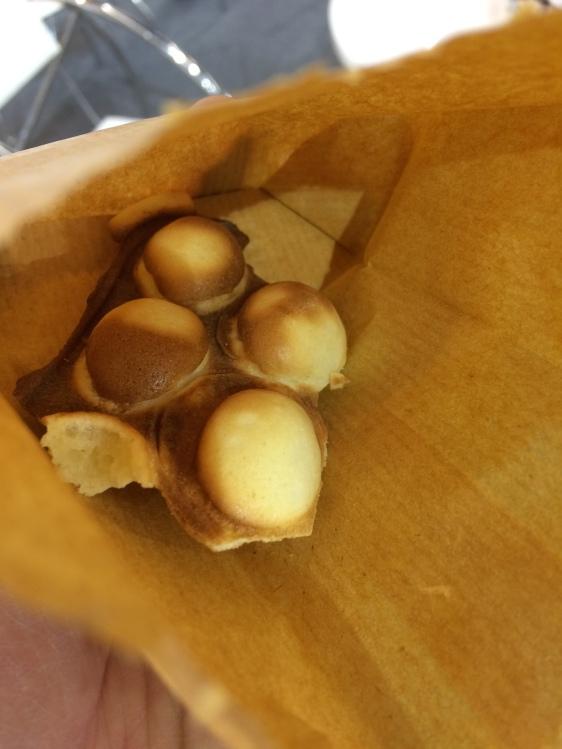 wohl Waffeln nach Hongkong-Art. Sagen wir so: Sie schmeckten wie andere auch, hatten eine interessante Eierform und dauerten ca. 15 Minuten