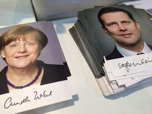 toll, Autogrammkarten von einer Frau Wedel beim Stand der Bundesrgierung